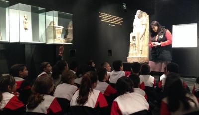 GRUPO ESCOLAR EN EL MUSEO