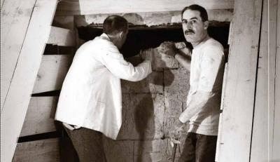 Howard Carter obrint la tomba de Tutankhamon