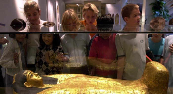 Público infantil observando un sarcófago