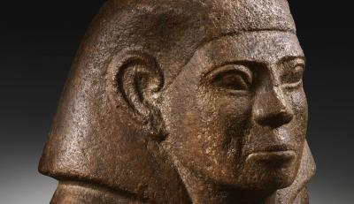 Bust masculí d'un personatge, possiblement assegut, amb la mà esquerra sobre el pit. Quarsita. Regne Mitjà, dinastia XIII (1793-1640 aC).