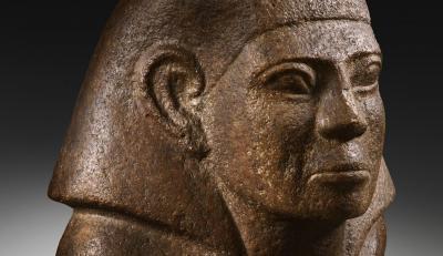 Busto masculino de un personaje, posiblemente sentado, con la mano izquierda sobre el pecho. Cuarzita. Reino Medio, dinastía XIII (1793-1640 aC).
