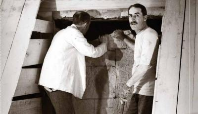 Howard Carter abriendo la tumba de Tutankhamón
