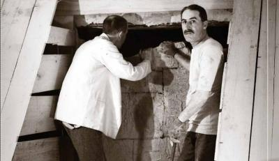 Howard Carter obrint la tomba de Tutankhamon
