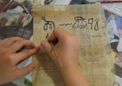 Pràctica d'escriure amb signes jeroglífics