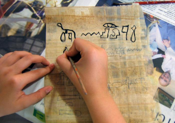 Pràctica d'escriure signes jeroglífics